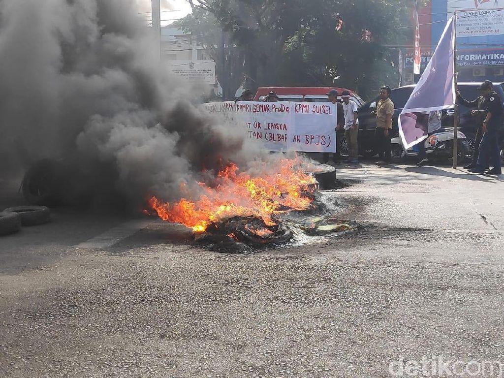 Tuntut Perppu KPK, Mahasiswa Unismuh Makassar Tutup Jalan dan Bakar Ban
