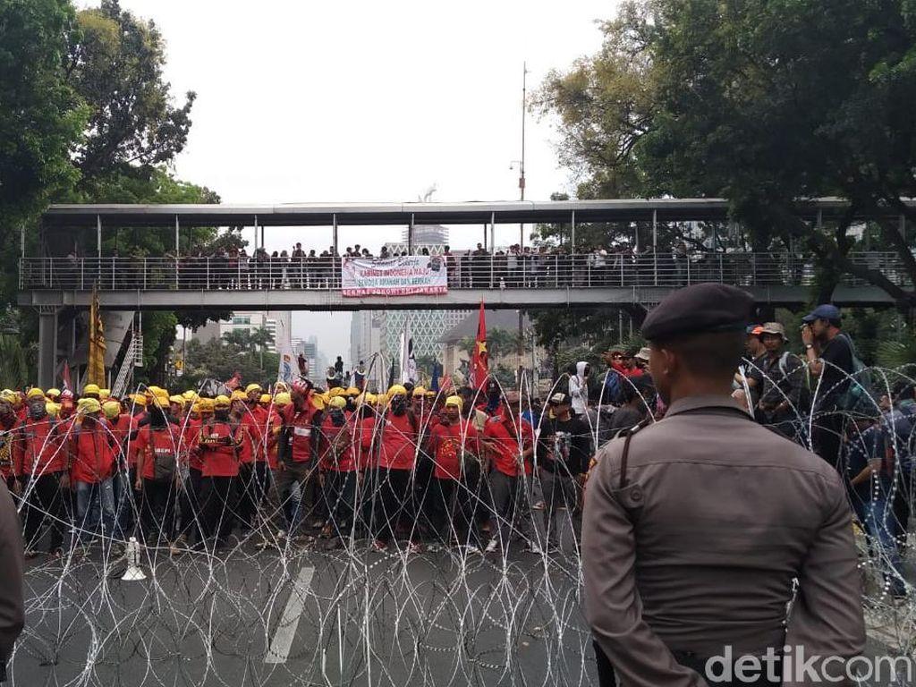 Massa KASBI dan Mahasiswa Mendekat ke Istana tapi Terhalang Kawat Berduri