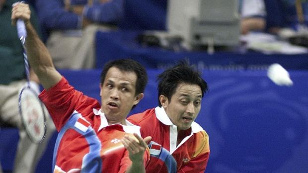 Sixth seed men's double badminton team Rexy Mainaky (L) and partner Ricky Ahmad Subagdja (R) of Indonesia collide as they return a shot to opponents Martin Lundgaard Hansen and Lars Paaske of Denmark 17 September 2000 at the Sydney Olympics.  The Indonesian pair won the preliminary round match 15-9, 13-15, 15-7. AFP PHOTO/Robyn BECK (Photo by ROBYN BECK / AFP)