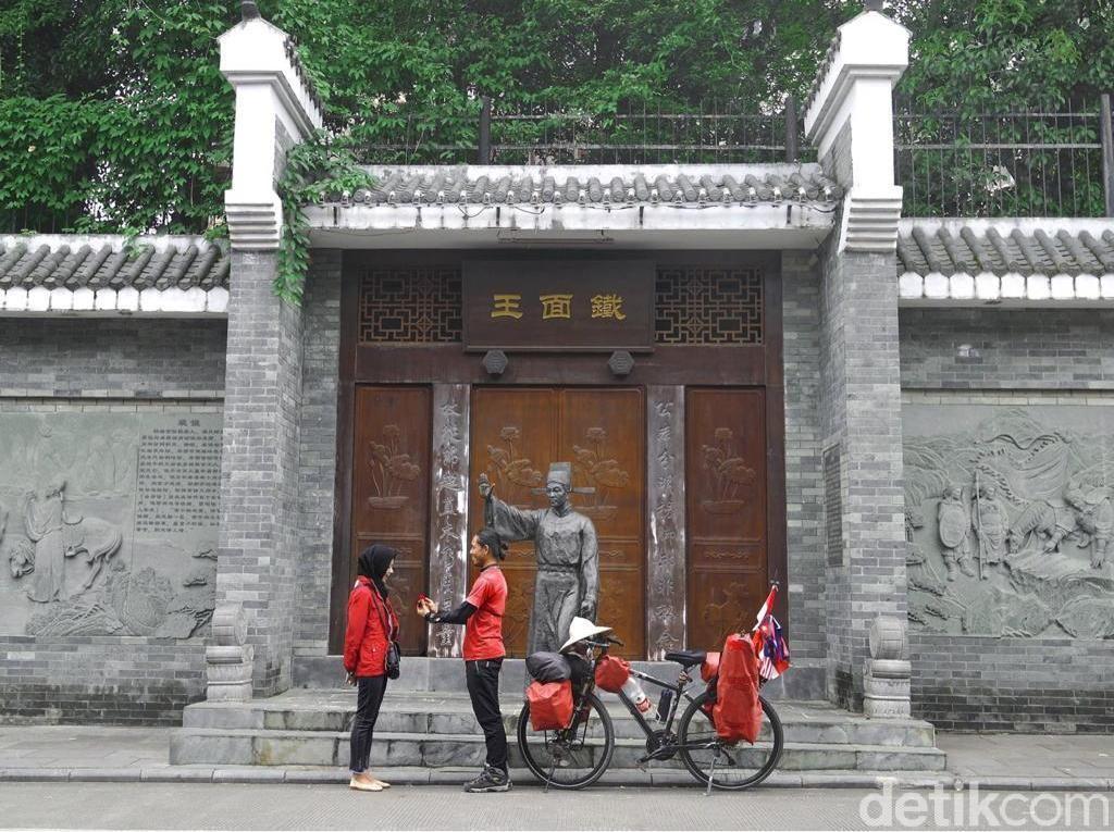 Bukti Cinta, Pria Ini Nekat Bersepeda ke China Demi Lamar Kekasihnya