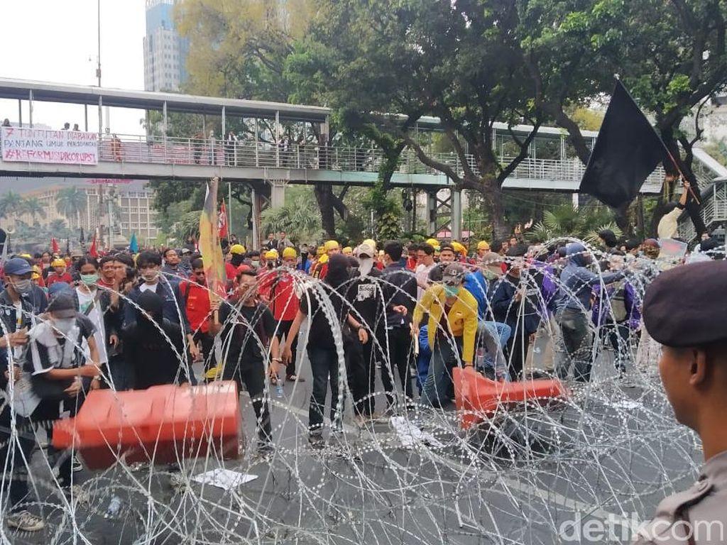 Massa Rusak Kawat Berduri di Patung Kuda, Orator Ingatkan Tak Anarkis
