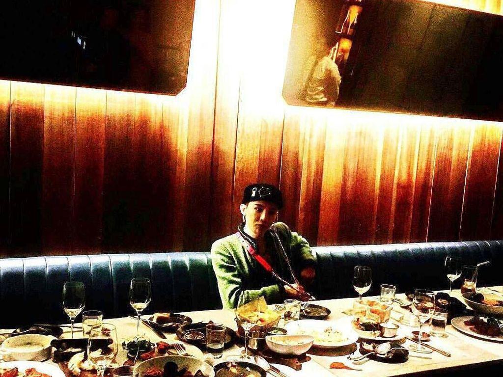 Baru Pulang Wamil, Ini Gaya Kulineran G-Dragon dengan Teman-temannya