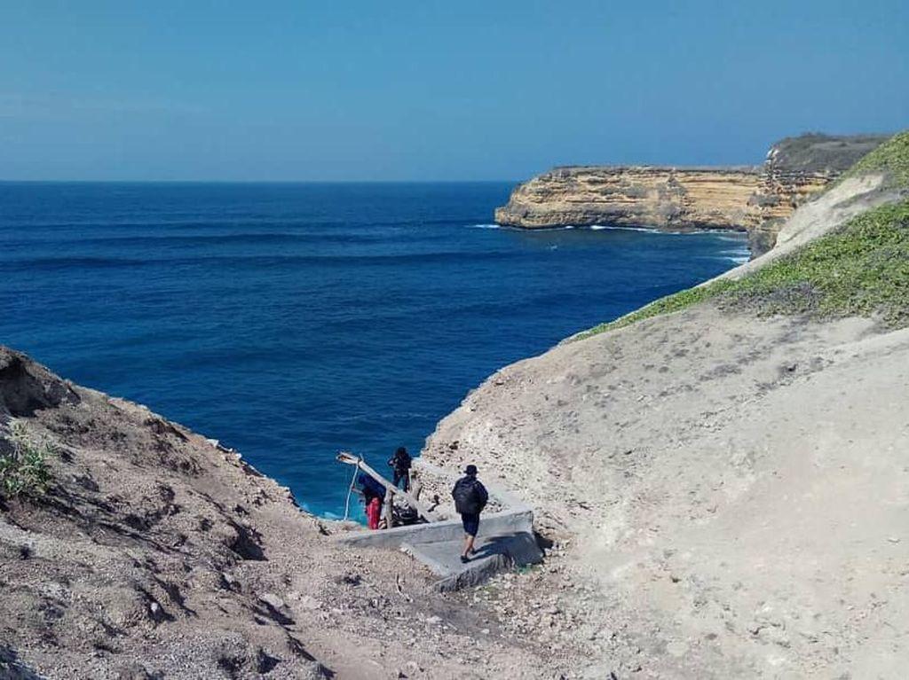 Panorama Pantainya Elok, tapi Warga Masih Harus Timba Air di Tebing