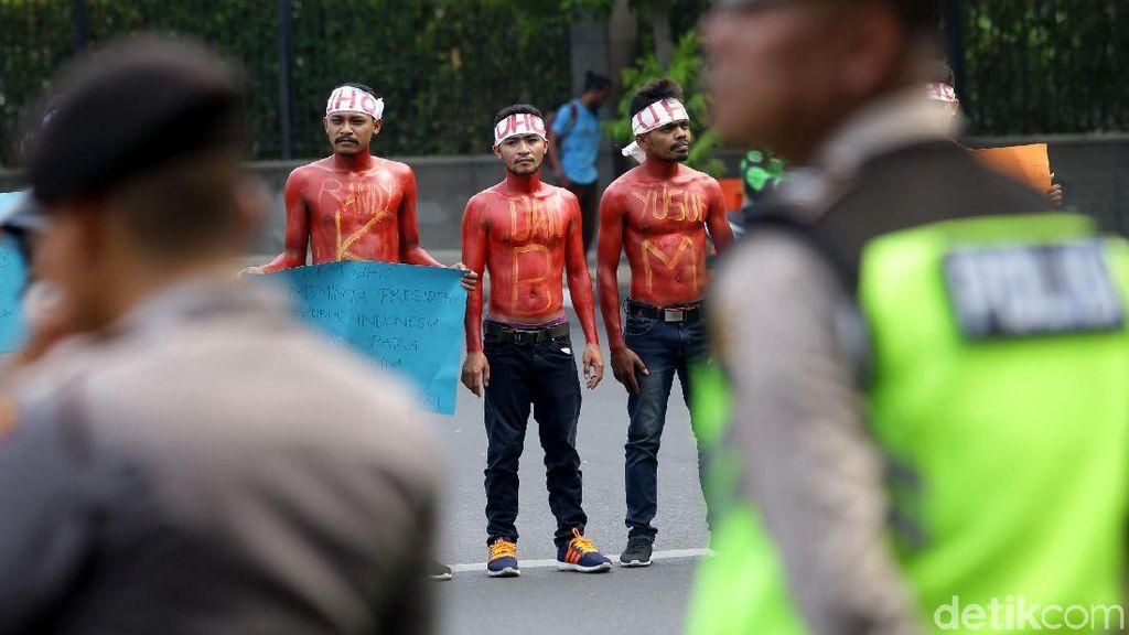 Massa Mahasiswa Halu Oleo Kendari Gelar Aksi di Patung Kuda