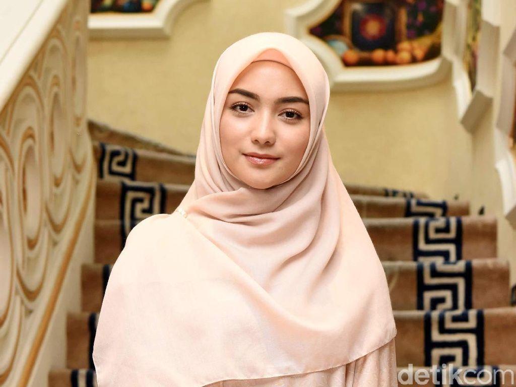 Cantiknya Citra Kirana Pakai Hijab Warna Beige, Bikin Adem
