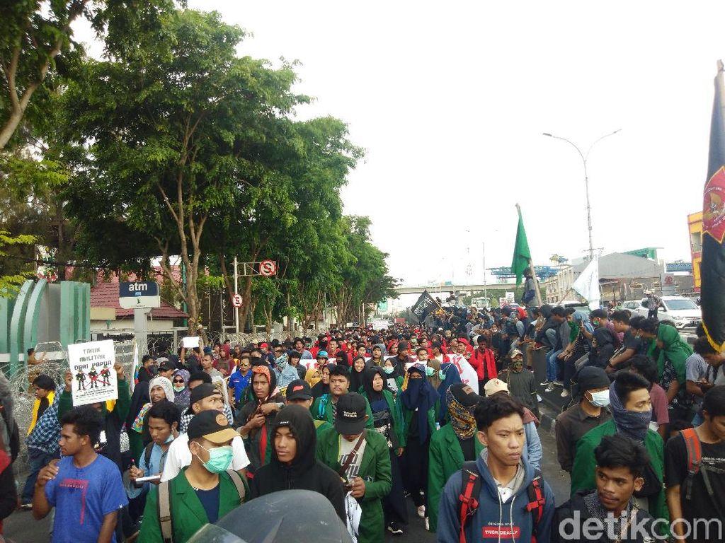 Mahasiswa Makassar Turun ke Jalan, Sesaki Flyover Urip Sumoharjo