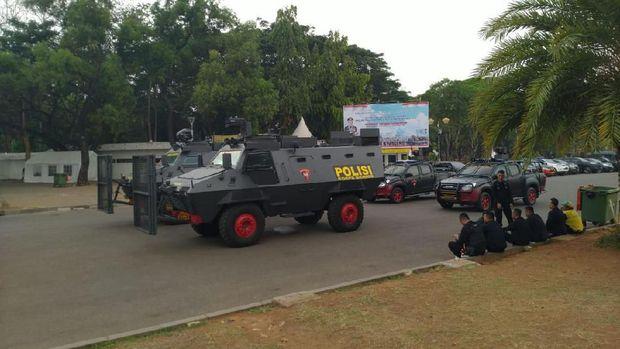 Kendaraan taktis bersiaga di sekitar Istana Negara