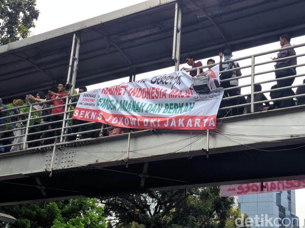 Massa di Patung Kuda Copot dan Ganti Tulisan di Spanduk Seknas Jokowi