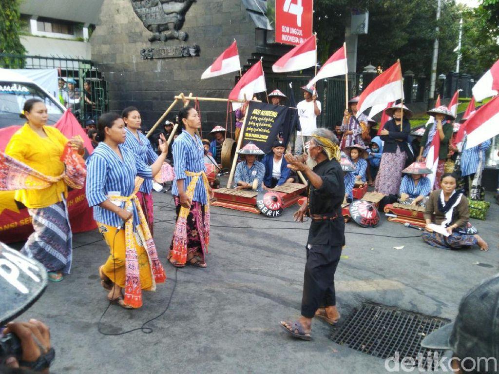 Kemesraan Jokowi-Prabowo Disentil di Demo #SemarangMelawan