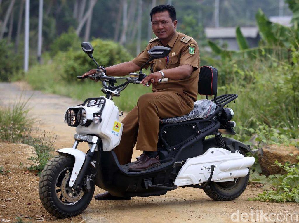 Dapet Motor Listrik dari PLN, Kepala Desa Ini Senang Banget