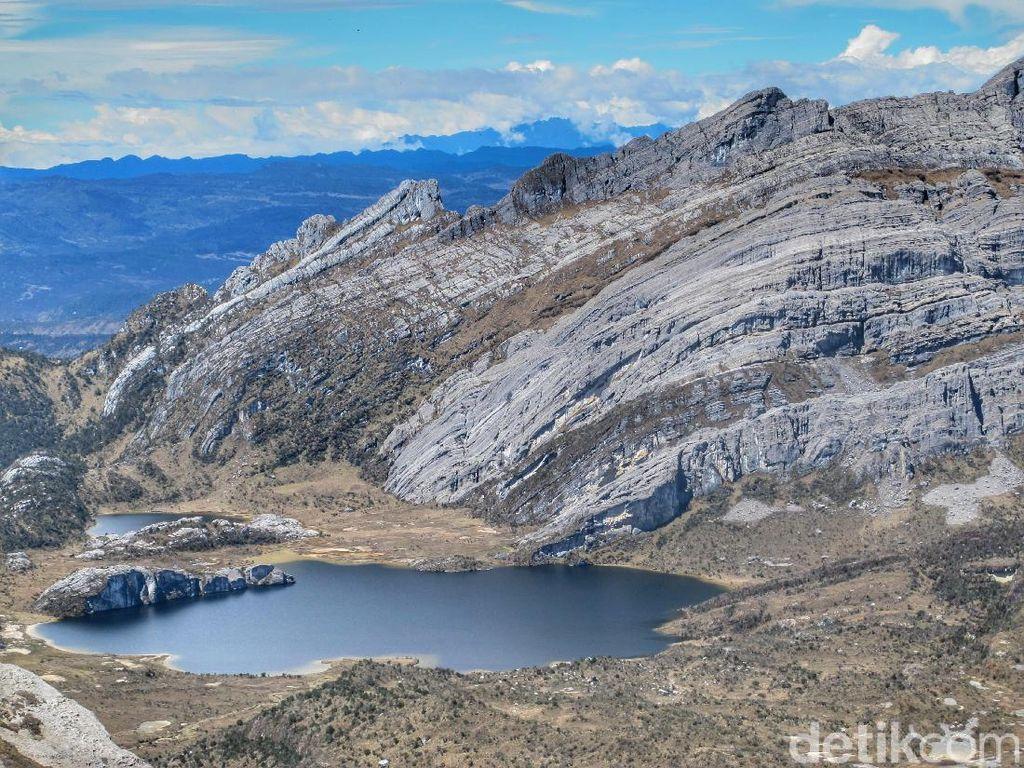 Danau di Atas Gunung Papua Memang Juara