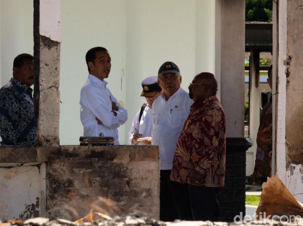 Jokowi Kunjungi Kantor Bupati Jayawijaya yang Rusak Akibat Kerusuhan
