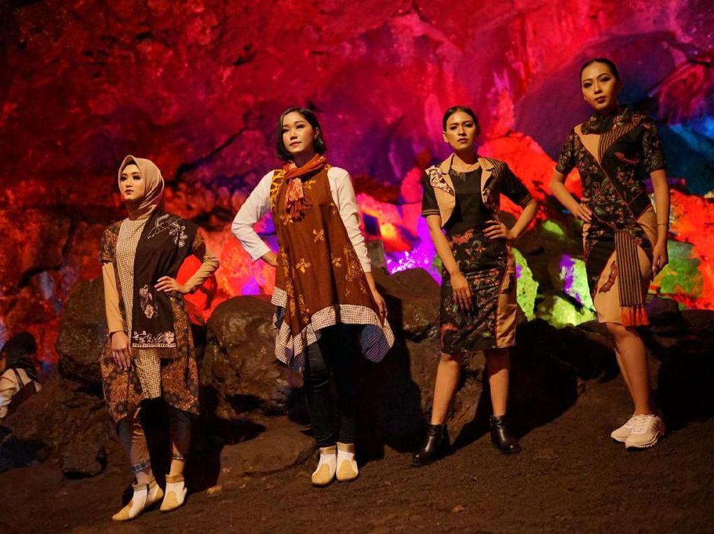 Foto: Seperti Ini Uniknya Fashion Show di Gua Lawa, Purbalingga