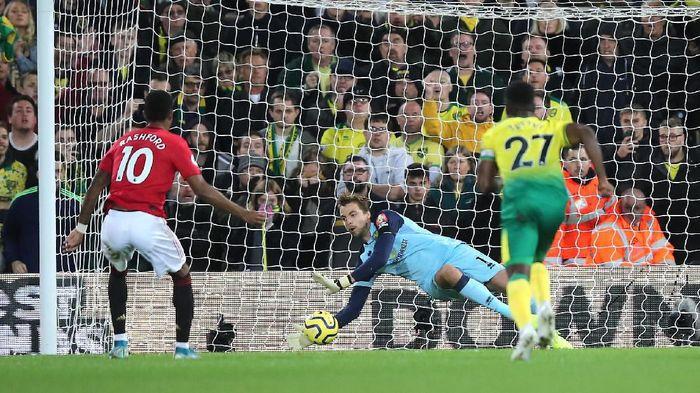 Di posisi kiper ada Tim Krul dari Norwich City. Meski kalah 1-3 dari Manchester United, Krul mampu dua kali menyelamatkan penalti. (Foto: Marc Atkins/Getty Images)