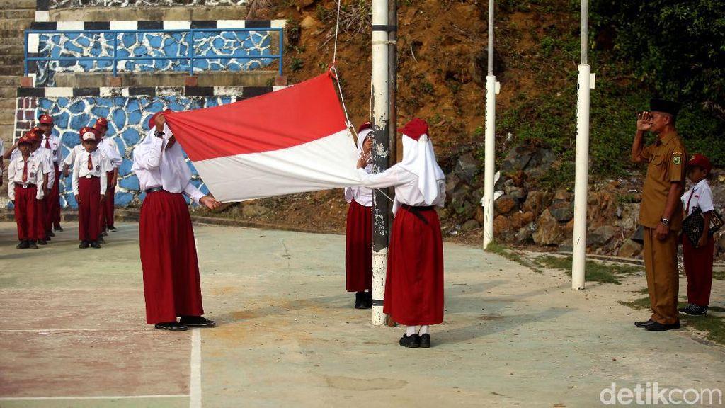 Antusias Anak-anak di Pulau Terdepan RI Mengikuti Upacara Bendera