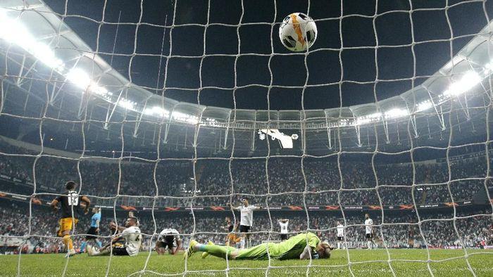 Kiper Liverpool yang dipinjamkan ke Besiktas Loris Karius lekat dengan blunder. Foto: Dean Mouhtaropoulos / Getty Images