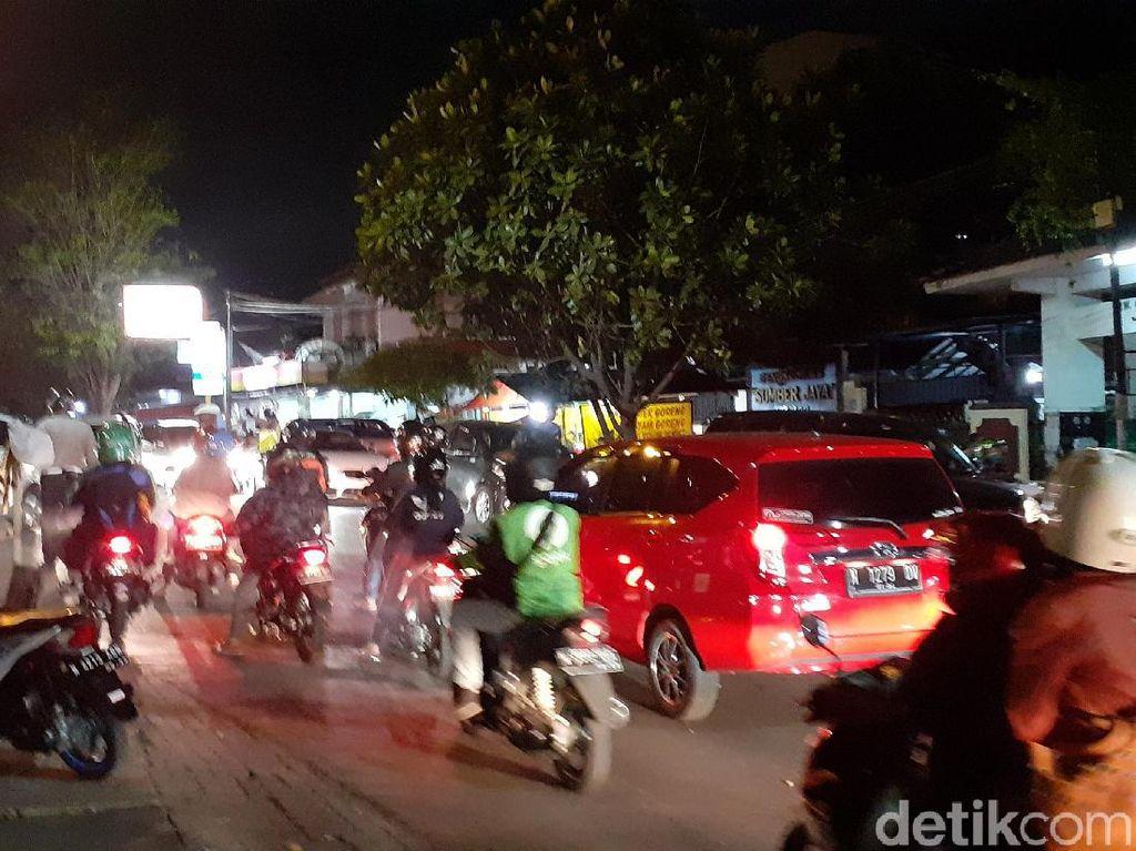 Batu Beterbangan Saat Dua Kelompok Pemuda di Kota Malang Tawuran