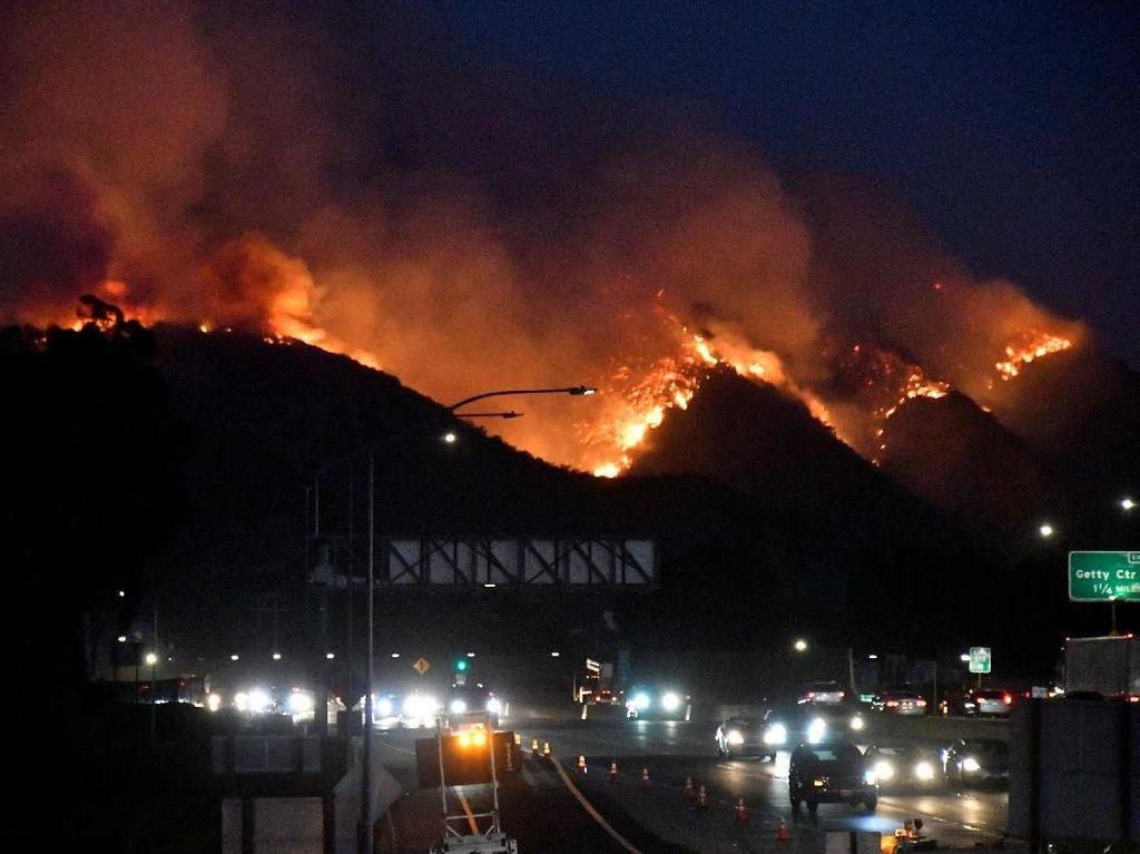 Kebakaran Hutan di Los Angeles Hanguskan Rumah Mewah, Selebriti Mengungsi