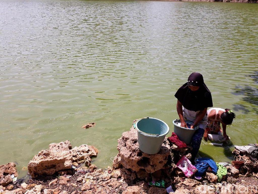 Kemarau, Warga Terpaksa Pakai Air TelagaMeski Bau dan Bikin Gatal