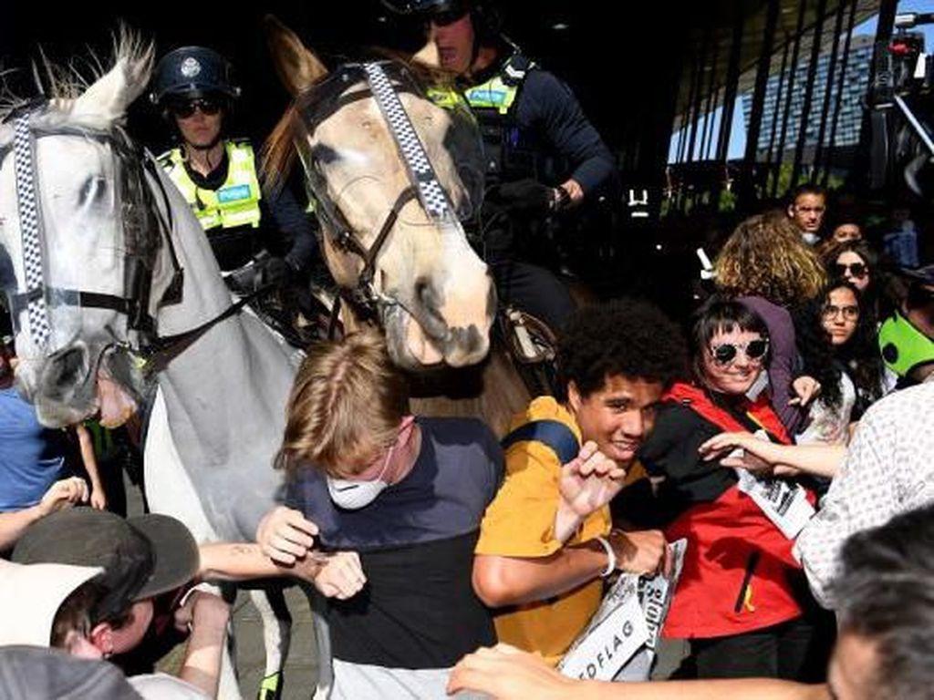 Pengunjuk Rasa Lingkungan Bentrok dengan Polisi di Melbourne