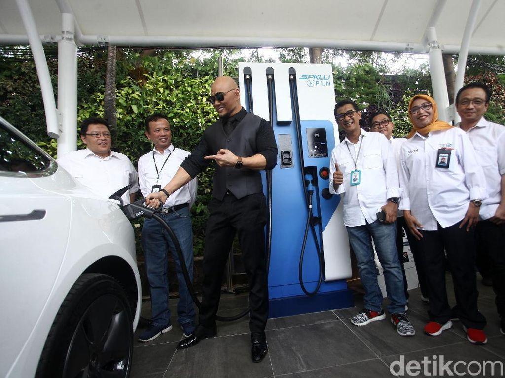 Deddy Corbuzier Coba Ngecas Mobil Listriknya di SPKLU PLN UID