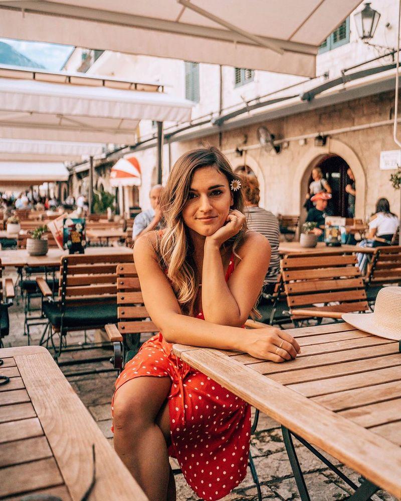 Berasal dari Amerika, Alexandra Saper atau yang memiliki nama Instagram @thewayfaress dienal sebagai influencer hingga blogger pariwisata. Memiliki renjana di bidang traveling, ia bahkan rela meninggalkan pekerjaannya di sebagai pengacara dan memilih menetap di Bali (@thewayfaress/Instagram)