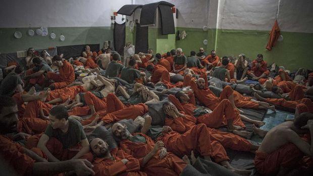 Para kombatan ISIS dari berbagai negara ditahan di salah satu pusat penampungan, di Hasakeh, Suriah.