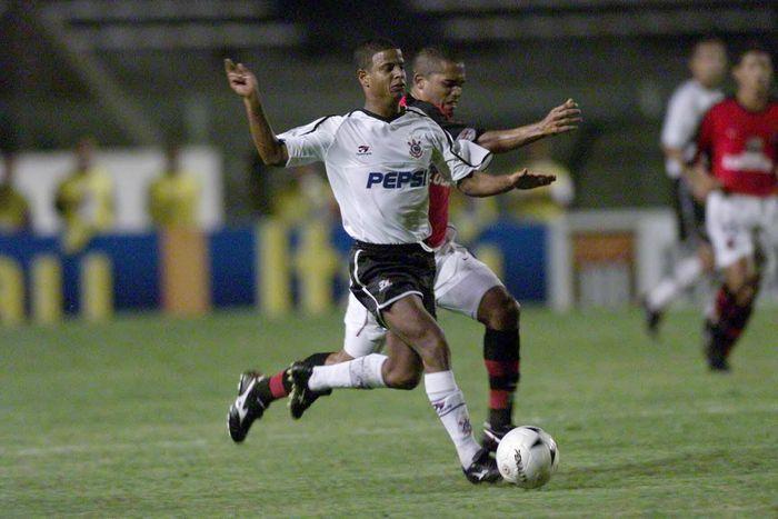 Berada di posisi 10 daftar ini adalah Marcelinho Carioca. Gelandang serang asal Brasil ini tercatat mengoleksi 59 gol melalui tendangan bebas. (Allsport UK/ALLSPORT)