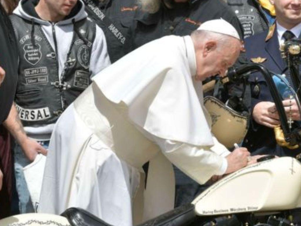 Ini Harley-Davidson Tanda Tangan Paus yang Dilelang