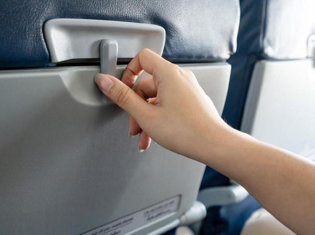 Saat Pesawat Lepas Landas, Mengapa Kita Harus Melipat Meja?