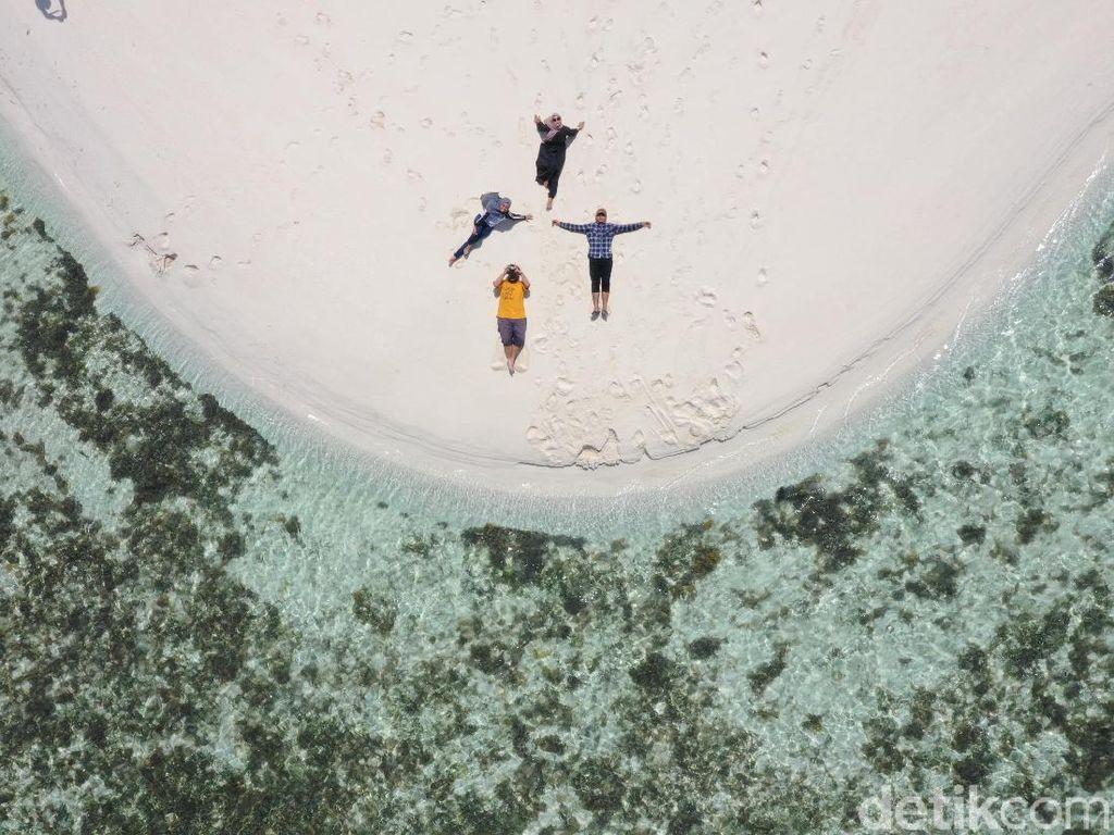 Foto Drone: Pantai yang Pasirnya Memanjang ke Depan 2 Km