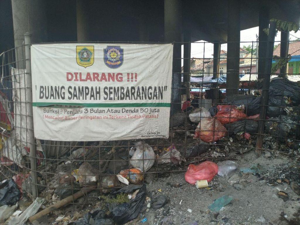 Jorok! Ada Tumpukan Sampah di Bawah Flyover Cileungsi Bogor