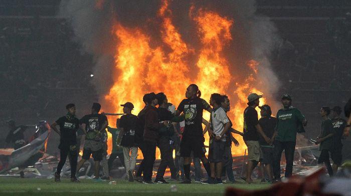 Kerusuhan suporter saat Persebaya menjamu PSS Sleman dalam lanjutan Liga 1 2019. (Moch Asim/pd/Antara)