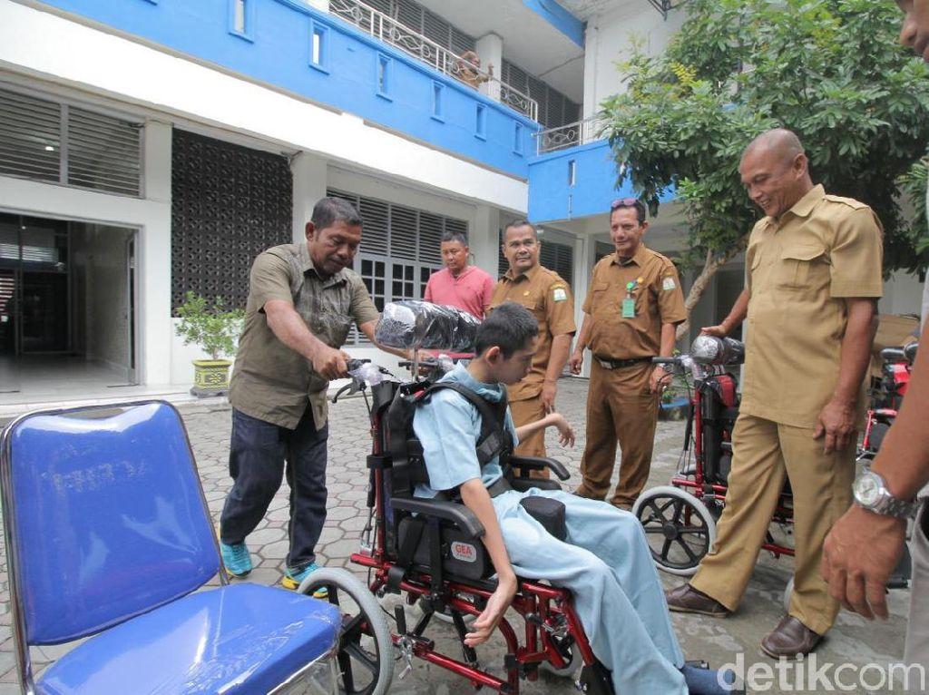 100 Anak Berkebutuhan Khusus di Aceh Dapat Bantuan Kursi Roda