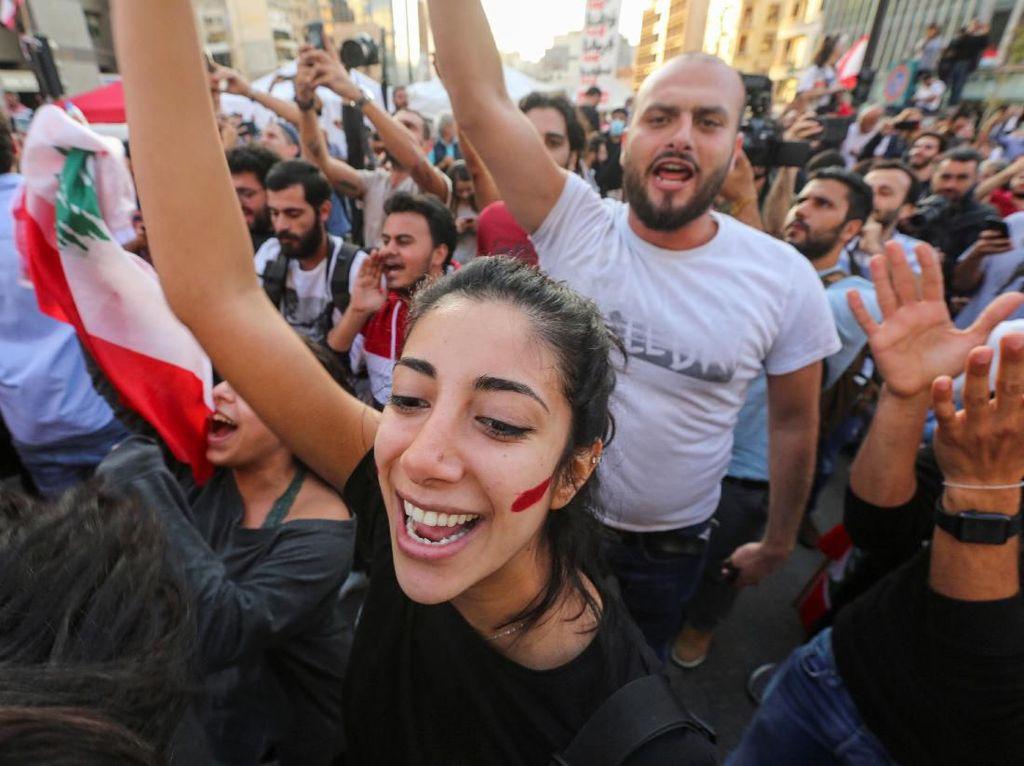 Luapan Kegembiraan Demonstran Usai PM Lebanon Umumkan Pengunduran Diri