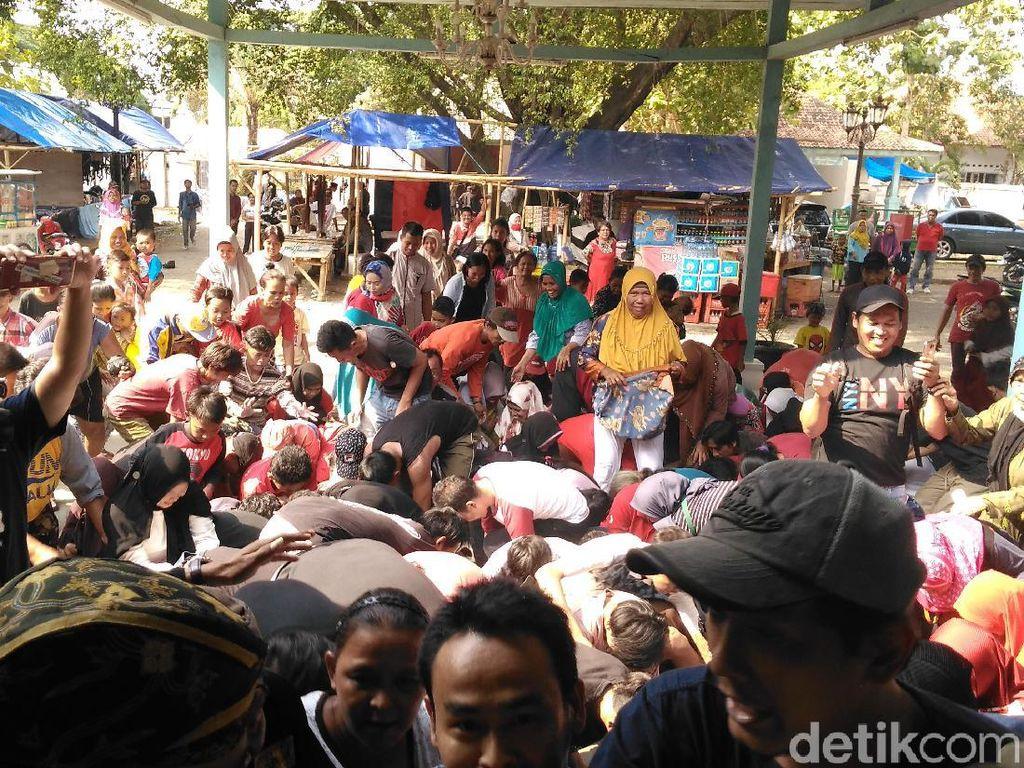 Tawurji, Tradisi Unik Rebutan Uang Koin dari Cirebon