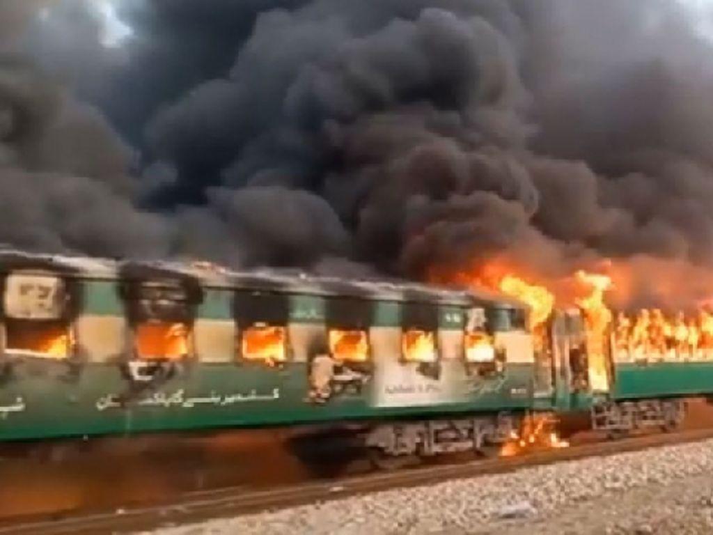 Ledakan Tabung Gas Picu Kebakaran di Kereta Api Pakistan, 13 Orang Tewas