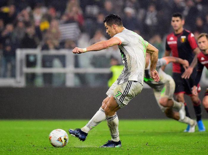 Cristiano Ronaldo mengeksekusi penalti di laga Juventus vs Genoa. (Foto: Reuters/Massimo Pinca.)
