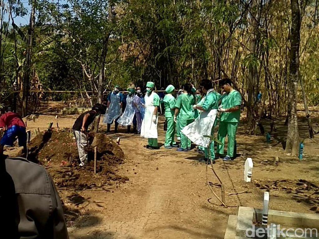 Polisi Bongkar Makam Rahadi yang Mayatnya Dicor Anak Kandung di Tegal