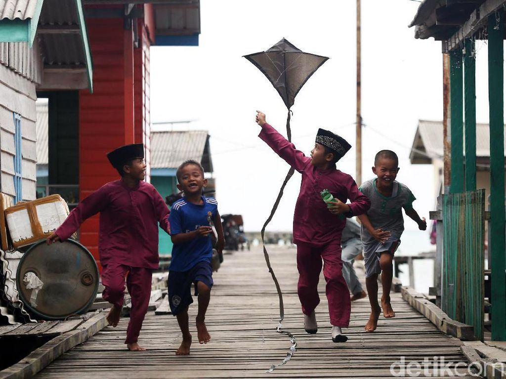 Asyiknya Anak-anak di Pulau Laut Natuna Bermain Layang-layang