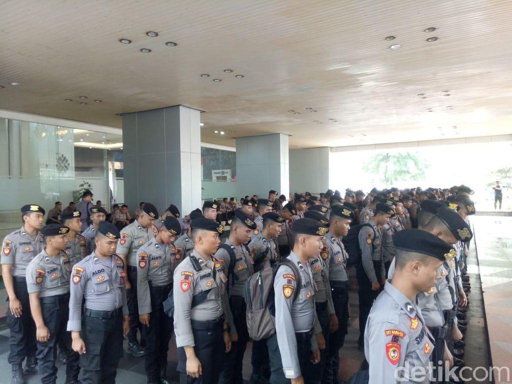 Jelang Demo Buruh, Ratusan Polisi Berjaga di Kemnaker