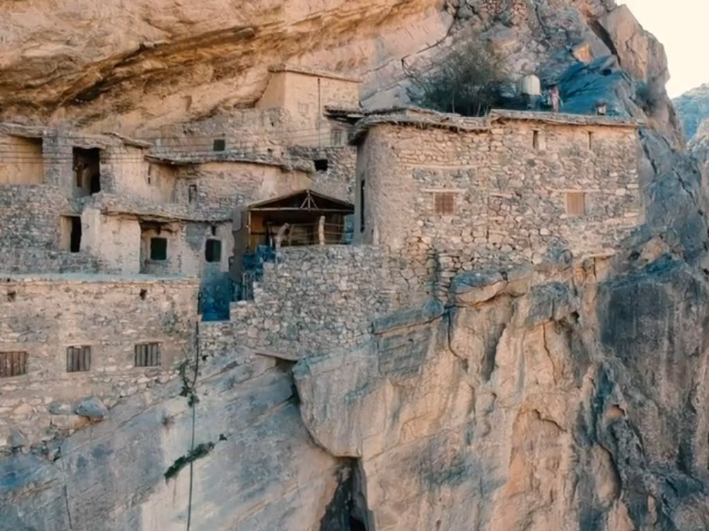 Desa Gantung yang Tersembunyi di Tebing Curam