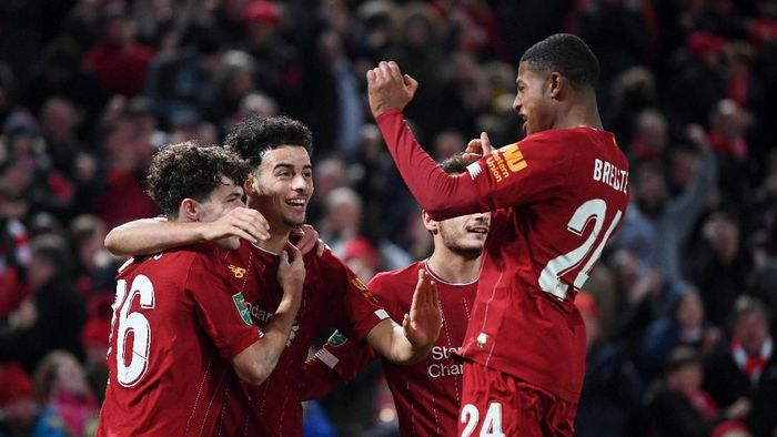 LIVERPOOL, ENGLAND - OCTOBER 30: Neco Williams of Liverpool is congratulated by Curtis Jones and Rhian Brewster after assisting Liverpools fifth goal of the game by during the Carabao Cup Round of 16 match between Liverpool and Arsenal at Anfield on October 30, 2019 in Liverpool, England. (Photo by Laurence Griffiths/Getty Images)