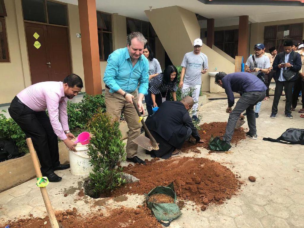 Momen Ratusan Santri Terjun Melestarikan Lingkungan
