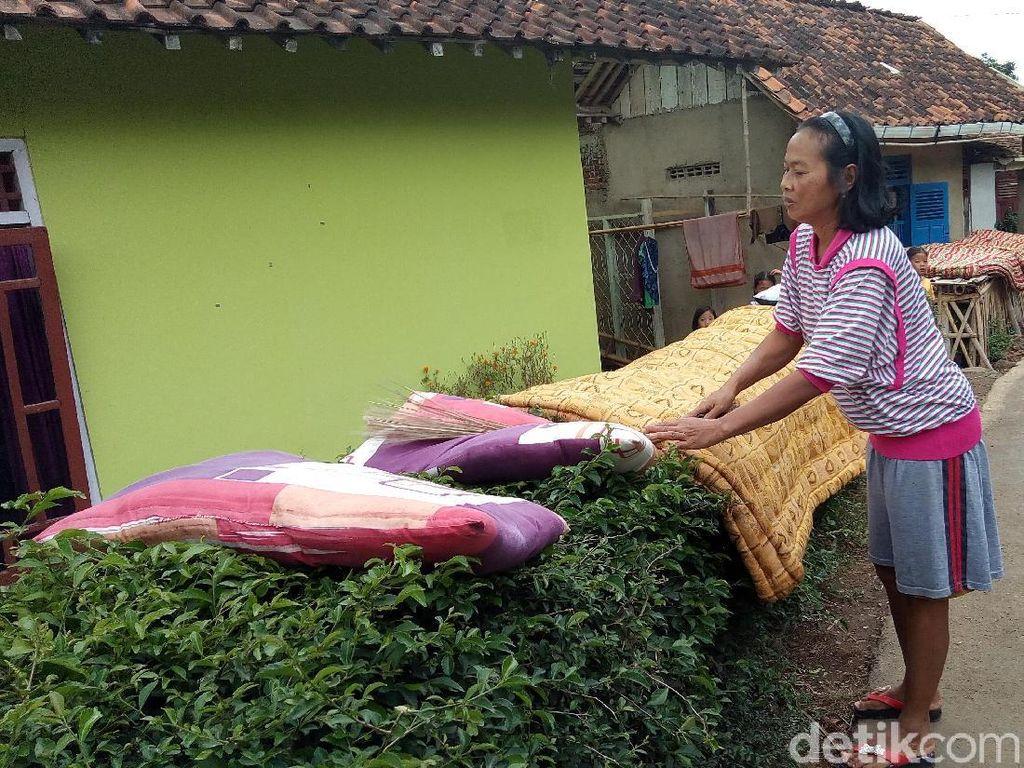Cegah Persebaran Penyakit, Warga di Banjarnegara Jemur Kasur Masal