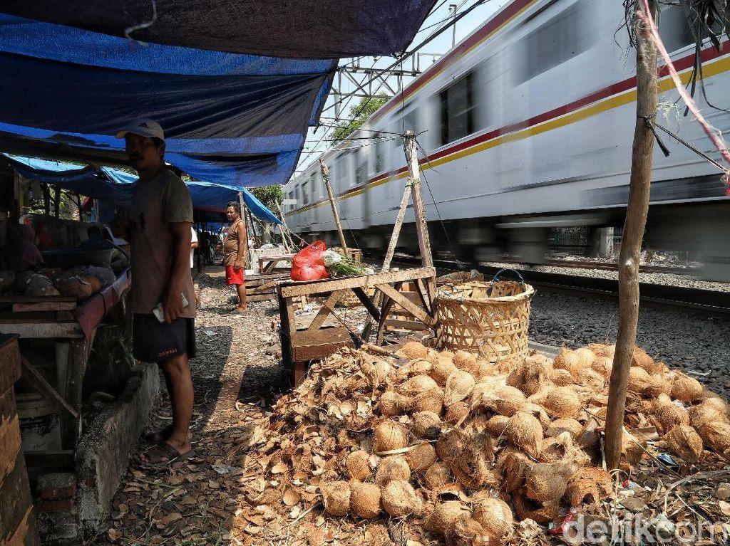 Lapak Pedagang Pinggir Rel di Kawasan Pasar Gaplok Ditertibkan