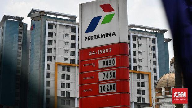 Kegiatan pengisian bahan bakar untuk mobil di SPBU Pertamina, Jakarta, Jumat (1/11)