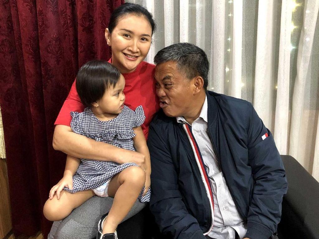 Momen Intim Ketua DPRD DKI Prasetyo Edi dengan Sang Cucu