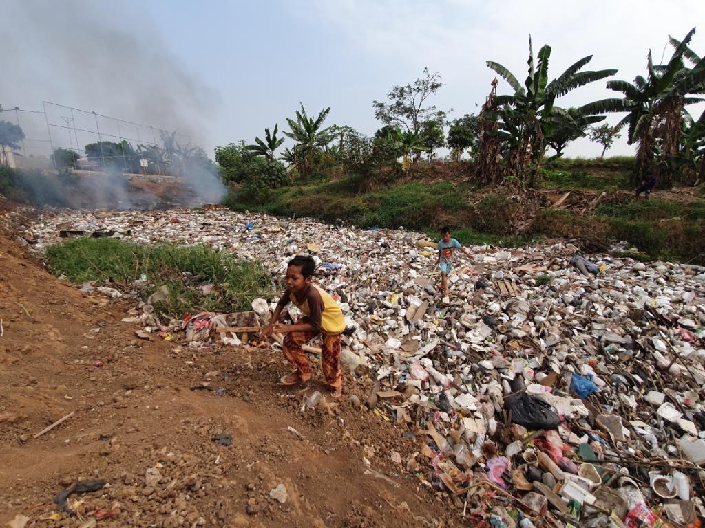 Warga Harap Pemkab Bekasi Turun Tangan Urusi Sampah di Kali Jambe