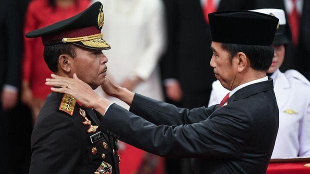 Presiden Joko Widodo (kanan) menyematkan tanda pangkat kepada Kapolri Jenderal Pol Idham Azis saat upacara pelantikan Kapolri di Istana Negara, Jakarta, Jumat (1/11/2019). Idham Azis dilantik menjadi Kapolri menggantikan Tito Karnavian yang diangkat menjadi Mendagri. ANTARA FOTO/Wahyu Putro A/foc.